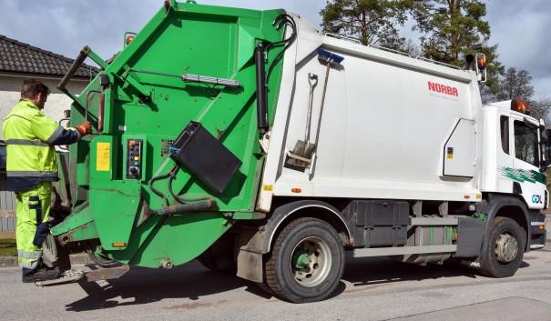 Bild på fordon som hämtar hushållsavfall.